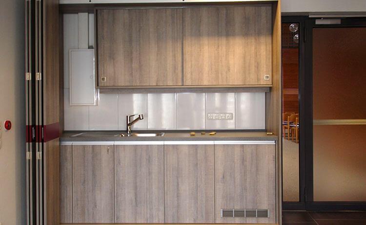 Schrankküche design  Schlichte Schrankküche mit Minimalausstattung